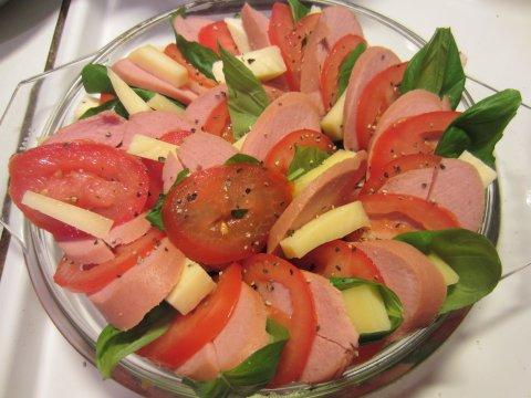 Tomaatti-basilika-makkaravuoka: