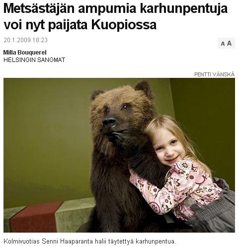 Tyttö halaa täytettyä karhua